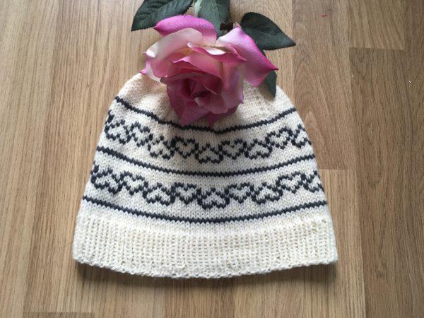 Strickanleitung Little Black Heart Mütze von Tanja Lüscher